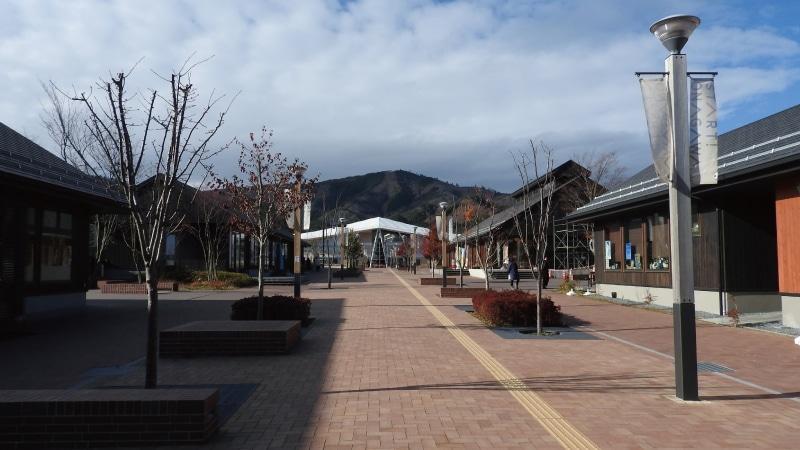 女川商店街と女川駅