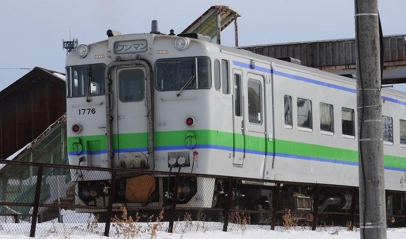 池田駅跨線橋を通る気動車