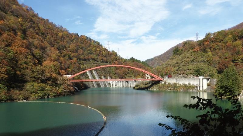 黒部峡谷トロッコダムと赤い橋