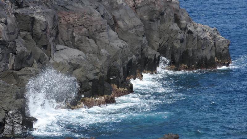 溶岩に波しぶき