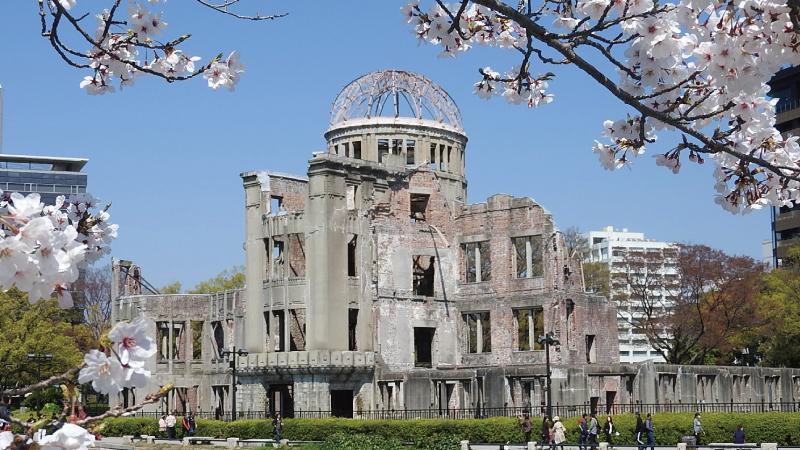 桜と広島原爆ドーム