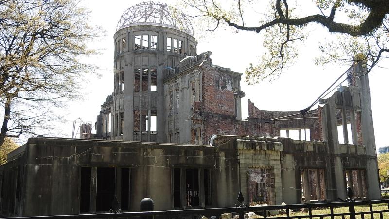 路面電車からの原爆ドーム