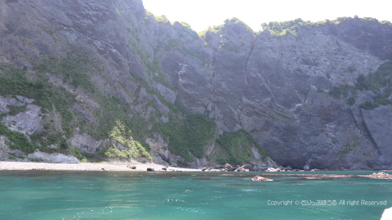 小樽穴の開いた断崖絶壁と海