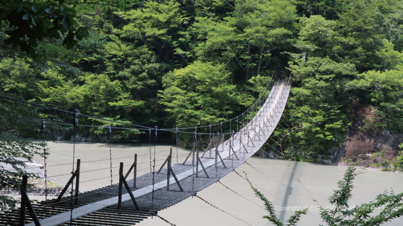 グレー色で青くないの夢の吊橋3