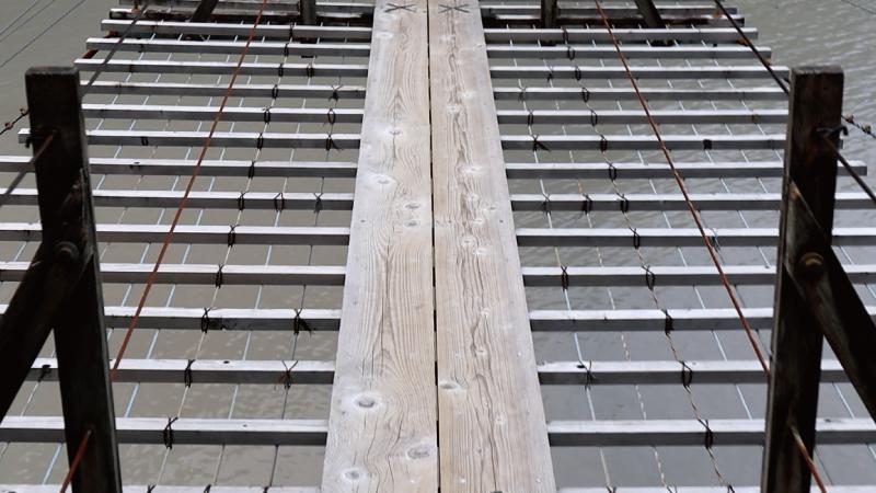 夢の吊橋の細い板