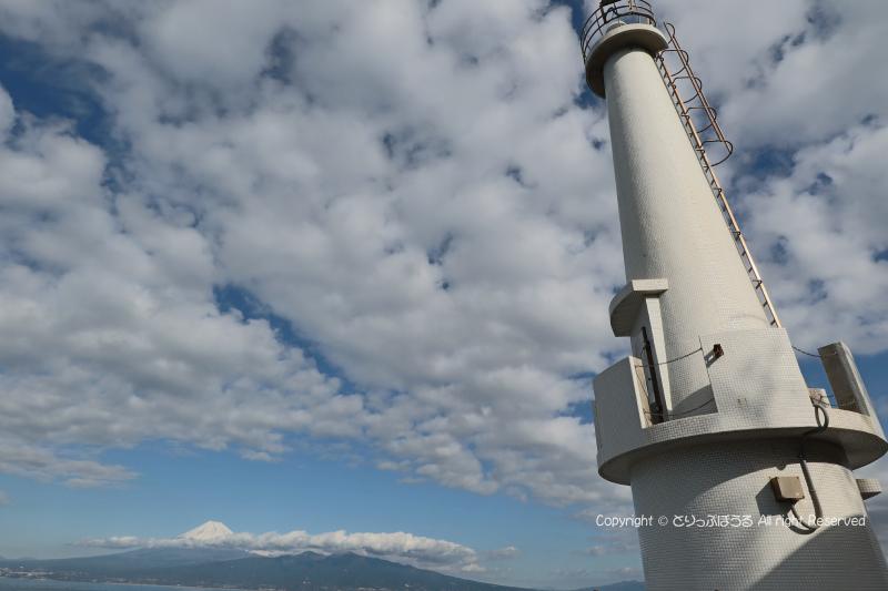 大瀬崎灯台と富士山