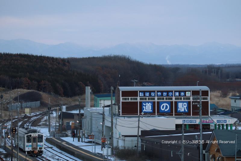 フレトイ展望台から浜小清水駅と釧網線