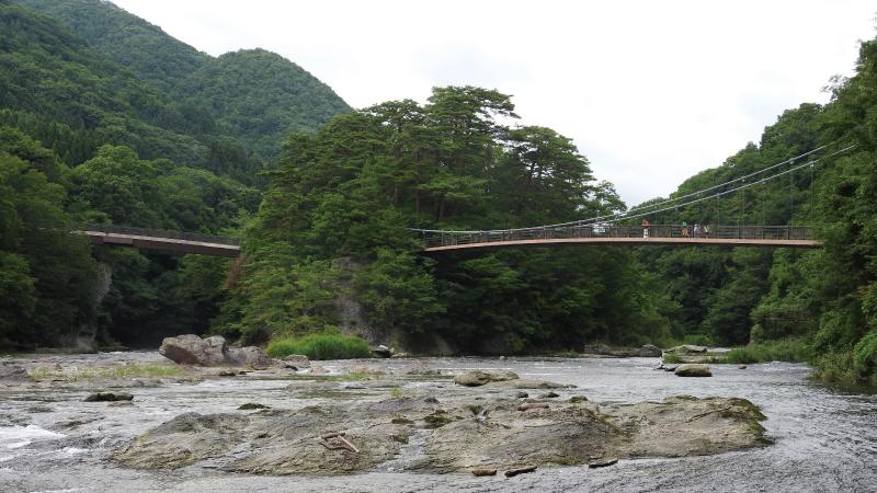 夏の吹き割の滝と吊り橋