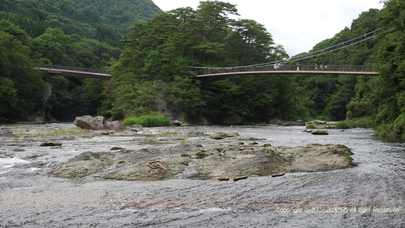 吹割の滝の川の横