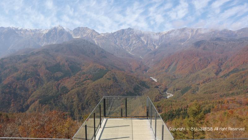 山頂テラスデッキからの三段紅葉